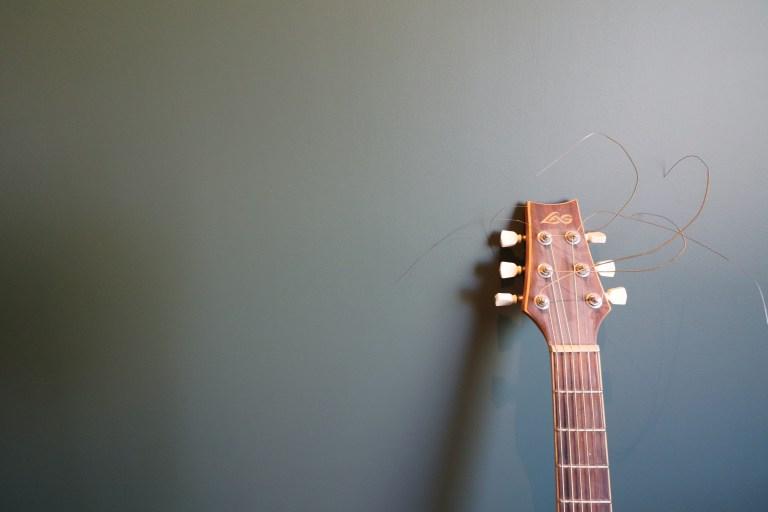 vert guitare parquet rideaux chêne agencement niche spot carrelage noir blanc (1)