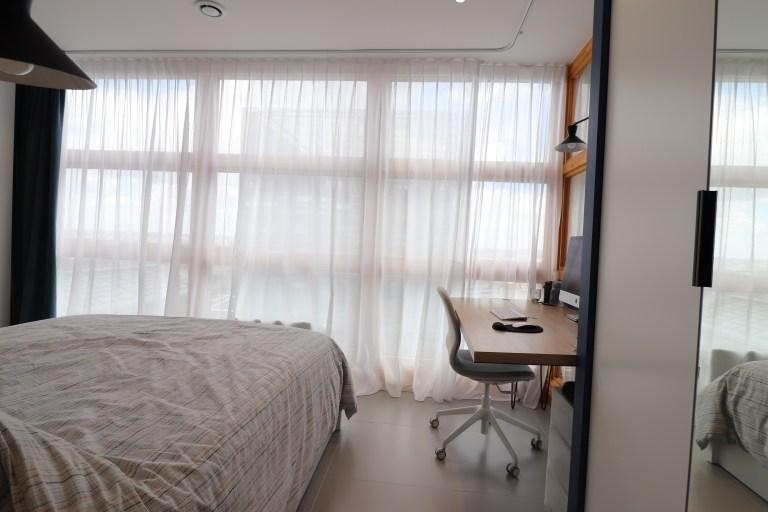 appartement rouge vert bleu jaune oksab lumière moderne miroir étagère unique bureau rideaux (31)