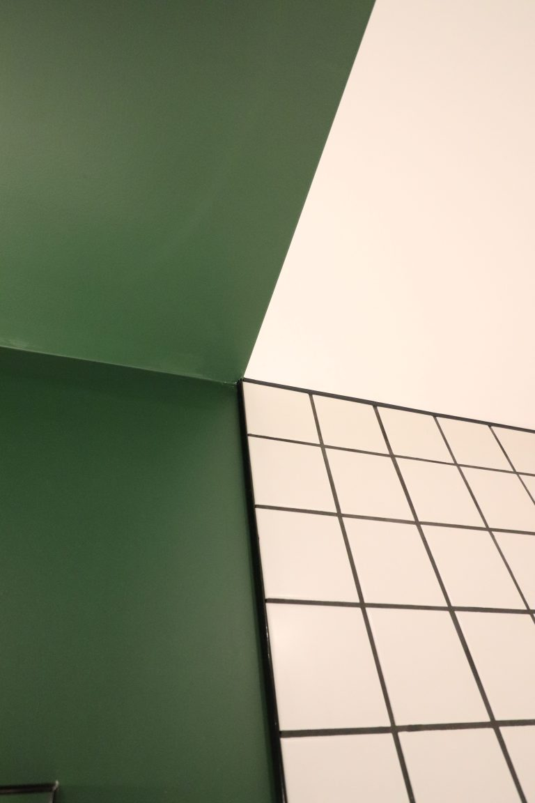 appartement rouge vert bleu jaune oksab lumière moderne miroir étagère unique bureau rideaux (39)