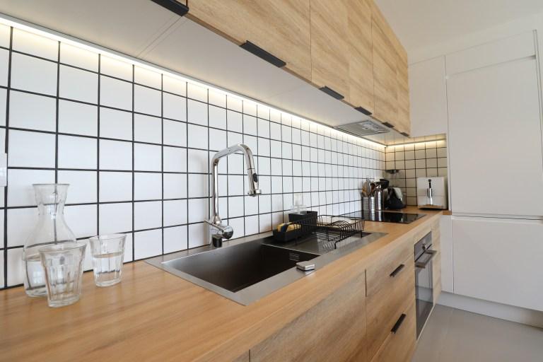 appartement rouge vert bleu jaune oksab lumière moderne miroir étagère unique bureau rideaux (9)