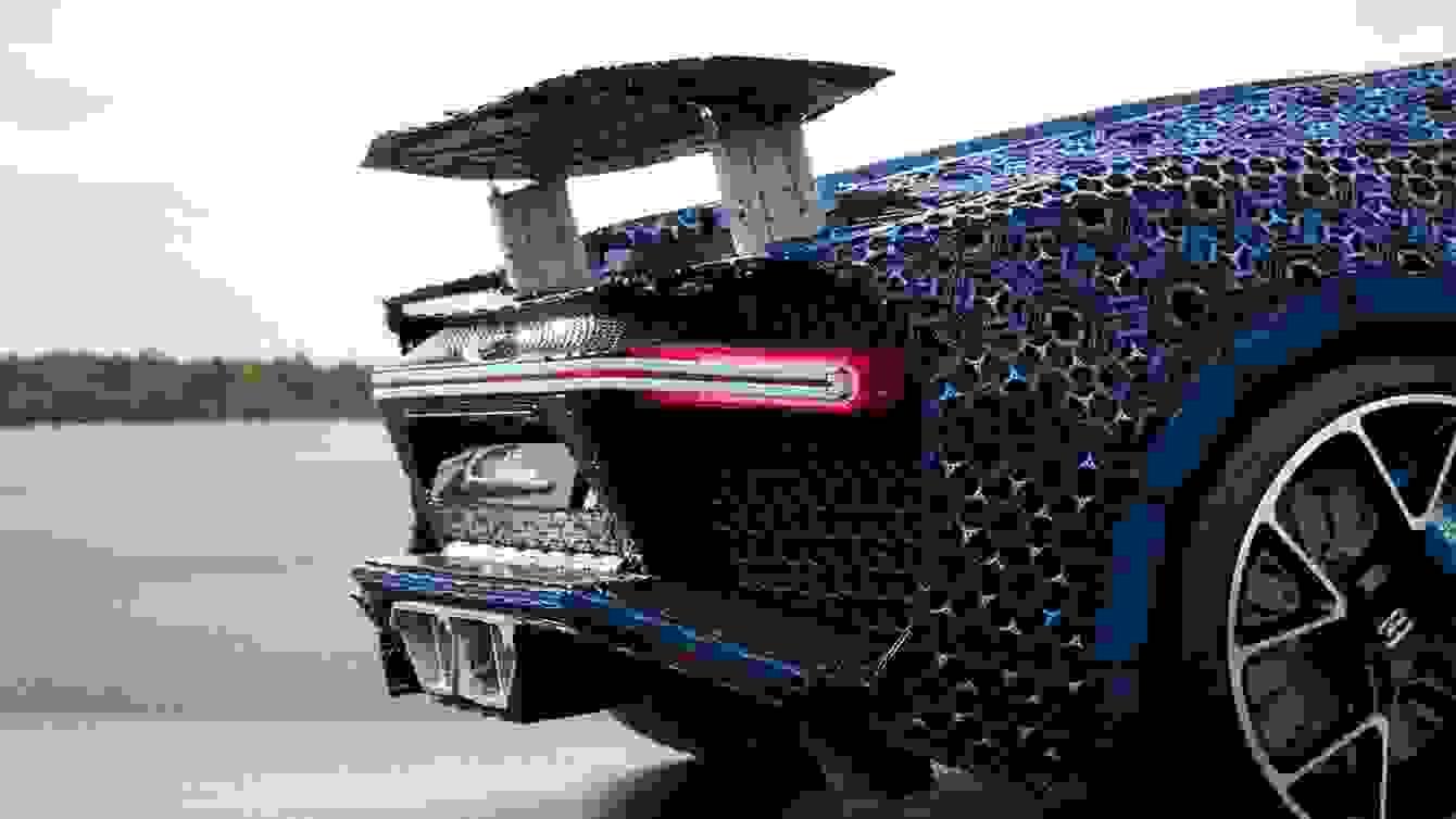 # 超過一百萬個樂高打造的跑車:一比一 Buggati Chiron 開上街! 4