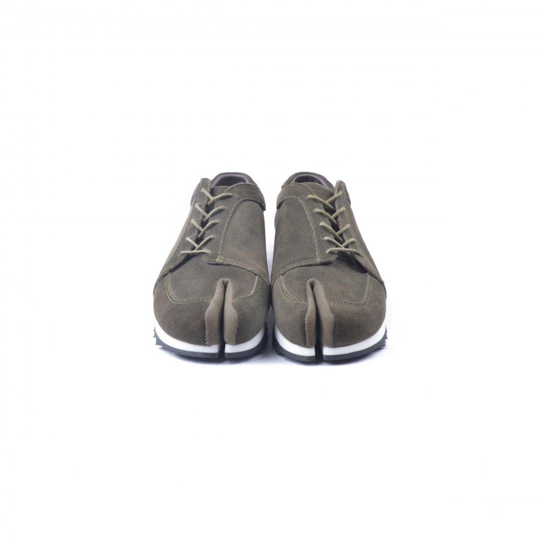# 融合東方美學的運動鞋款:LESS × oqLiq 聯名之作 Tabi Sneakers 正式登場 6