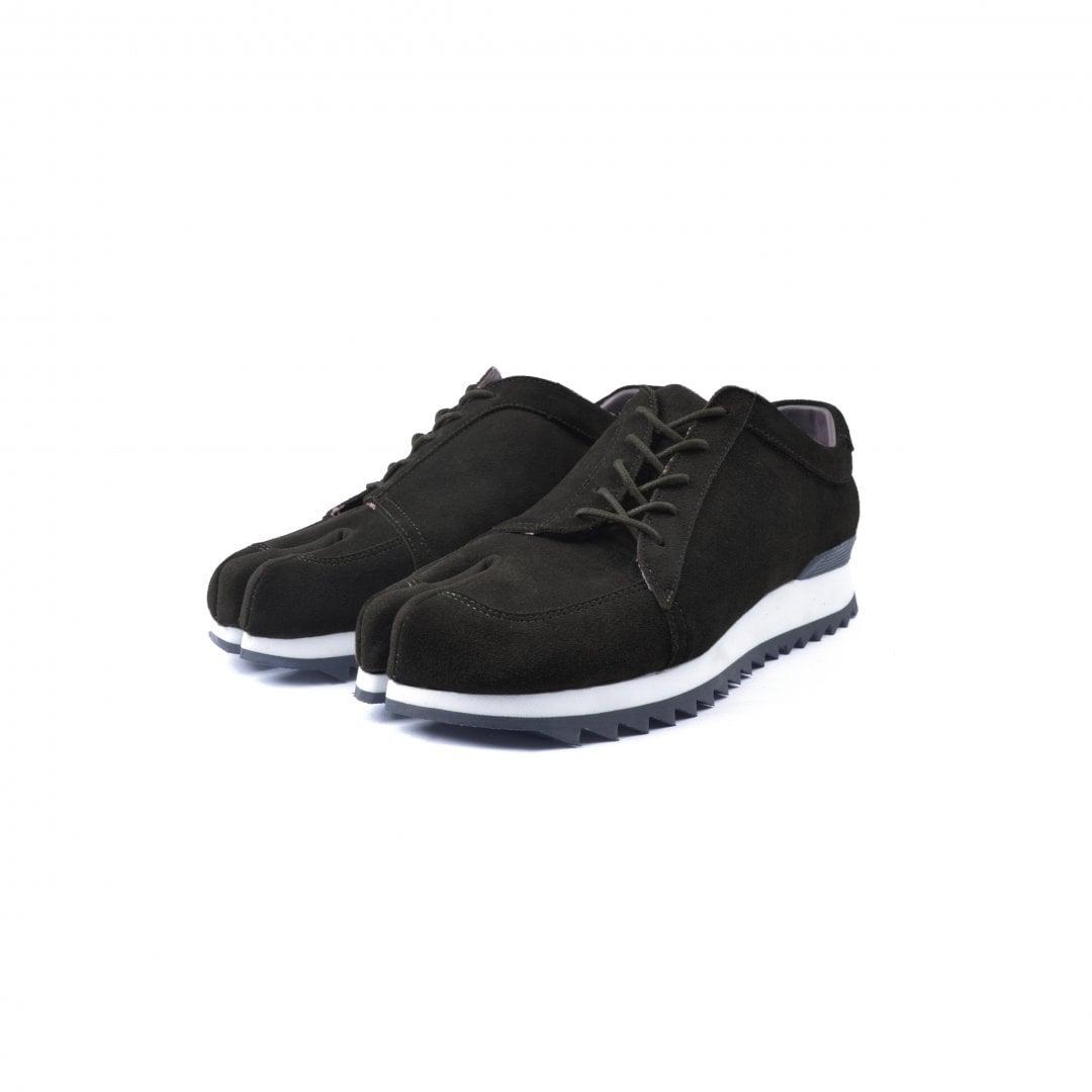 # 融合東方美學的運動鞋款:LESS × oqLiq 聯名之作 Tabi Sneakers 正式登場 3