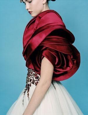 # Alexander McQueen:為何設計師鍾愛採用 紅色玫瑰 元素? 31