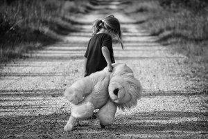 enfants issus d'un don - Bonheur en éprouvette - fillette avec peluche lion sur un chemin