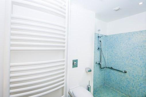 Salle d'eau Chambre mobilité réduite - Hôtel *** le Chalet à Ax les Thermes en Ariège Pyrénées