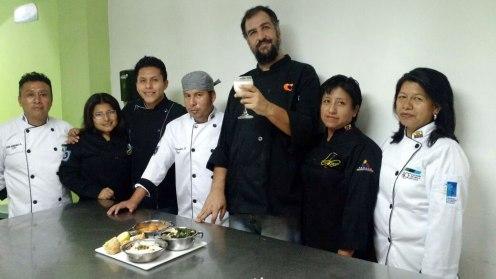 Asistentes a una clase de cocina india vegetariana