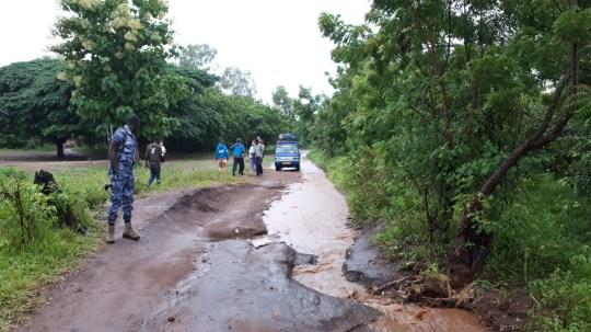 Le chemin pour se rendre au village de Fadenyo-Kopé avec le mini-van. Semé d'embuches… et de ruisseau !