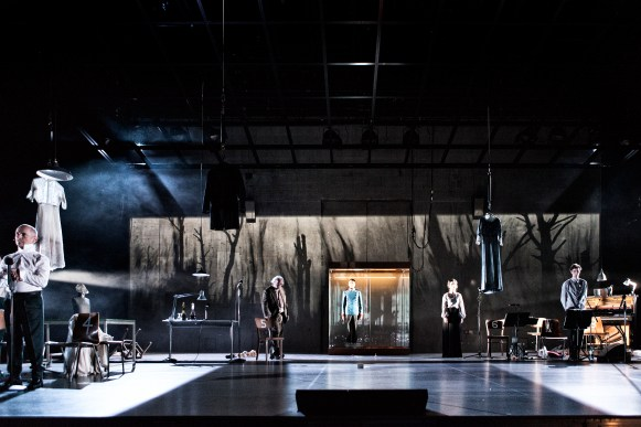 Schaubuehne am Lehniner Platz. 'UNGEDULD DES HERZENS', von Stefan Zweig. Regie: Simon McBurney, Buehne: Anna Fleischle, Kostueme: Holly Waddington, Musik: Pete Malkin, Benjamin Grant, Video: Will Duke. Mit: Robert Beyer, Marie Burchard, Johannes Flaschberger, Christoph Gawenda, Moritz Gottwald, Laurenz Laufenberg, Eva Meckbach.