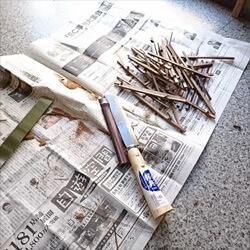 耳かき製作の工程「竹を割る」写真