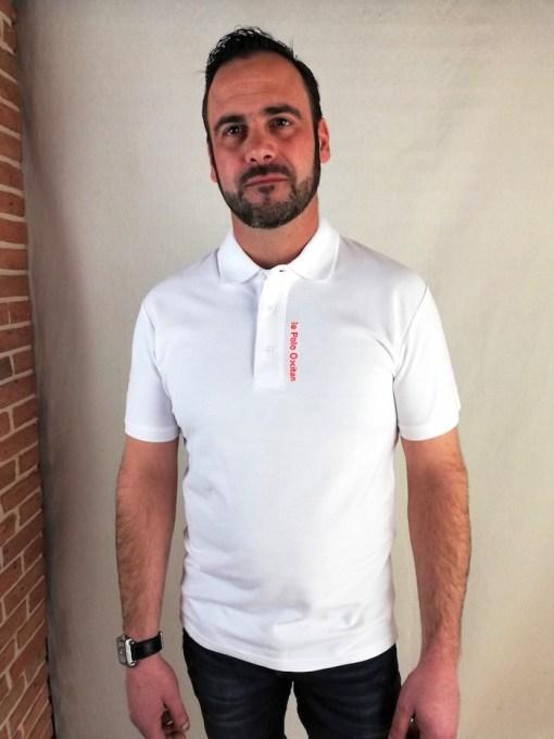 """Homme portant un Polo blanc """"le polo occitan"""""""