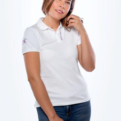 """modèle portant le polo blanc femme avec broderie violette"""" le polo occitan"""""""
