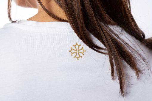 """Détail croix occitane du tee shirt blanc femme """"le Polo occitan"""""""