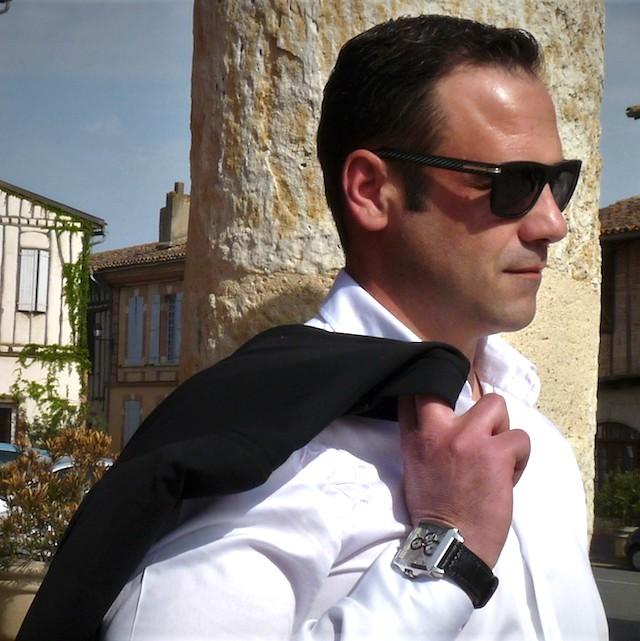 """Homme portant un polo """"le polo occitan"""" devant la place du Capitole"""