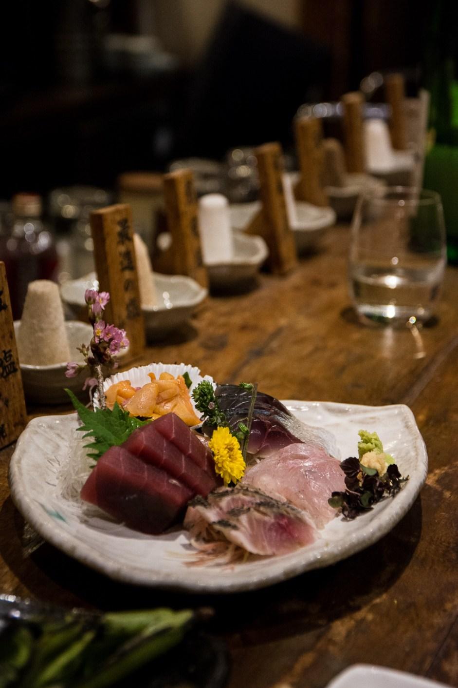 le plat de sashimi servi dans l'izakaya Galali à Tokyo