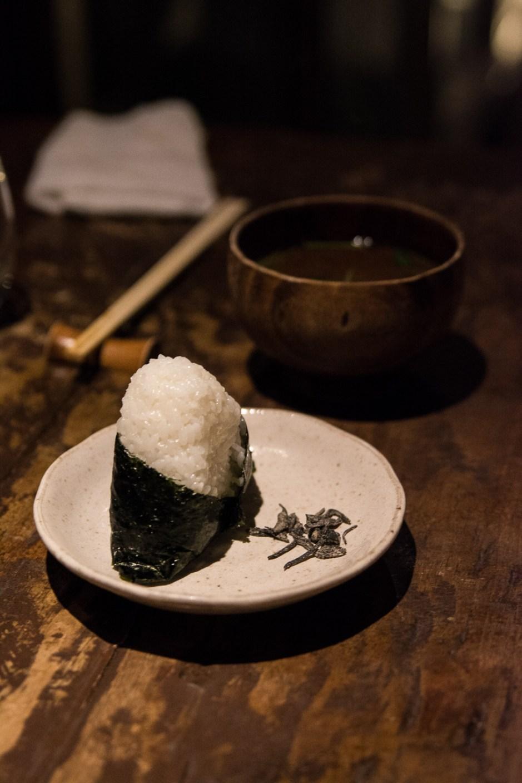 les plats servis comme l'onigiri et la soupe miso dans l'izakaya Galali à Tokyo