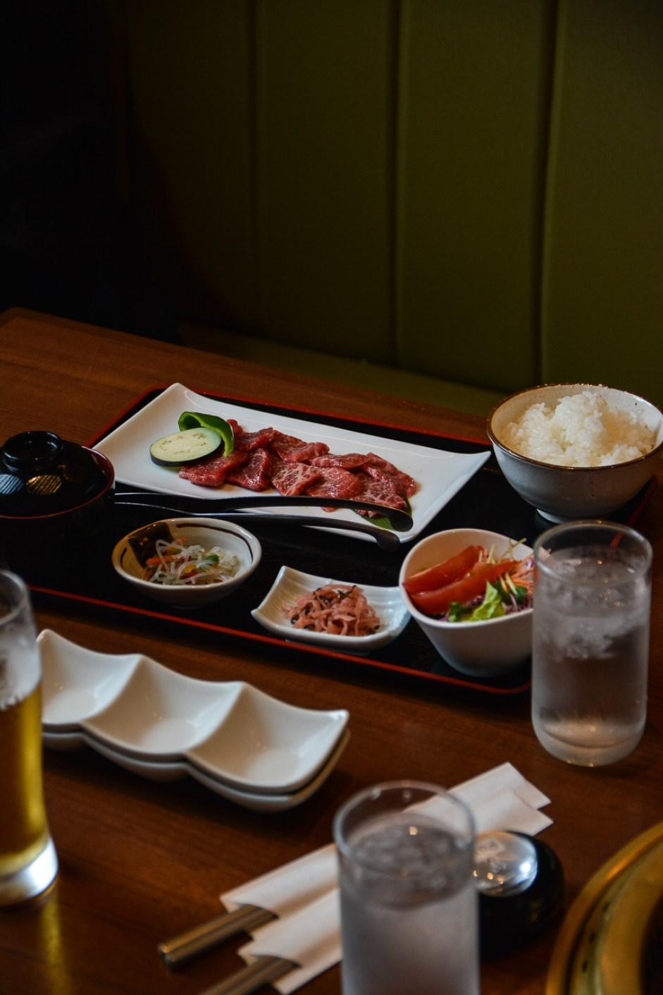 Manger du boeuf hida à Takayama, dans les alpes japonaises, Japon