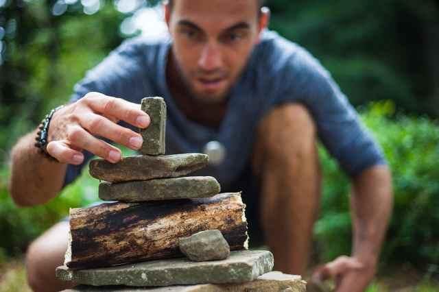 Poser une pierre, action concrète