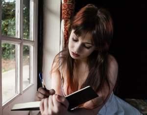 Femme écrivant, en pleine réflexion