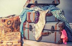 Vêtements entassés et entassement de valises