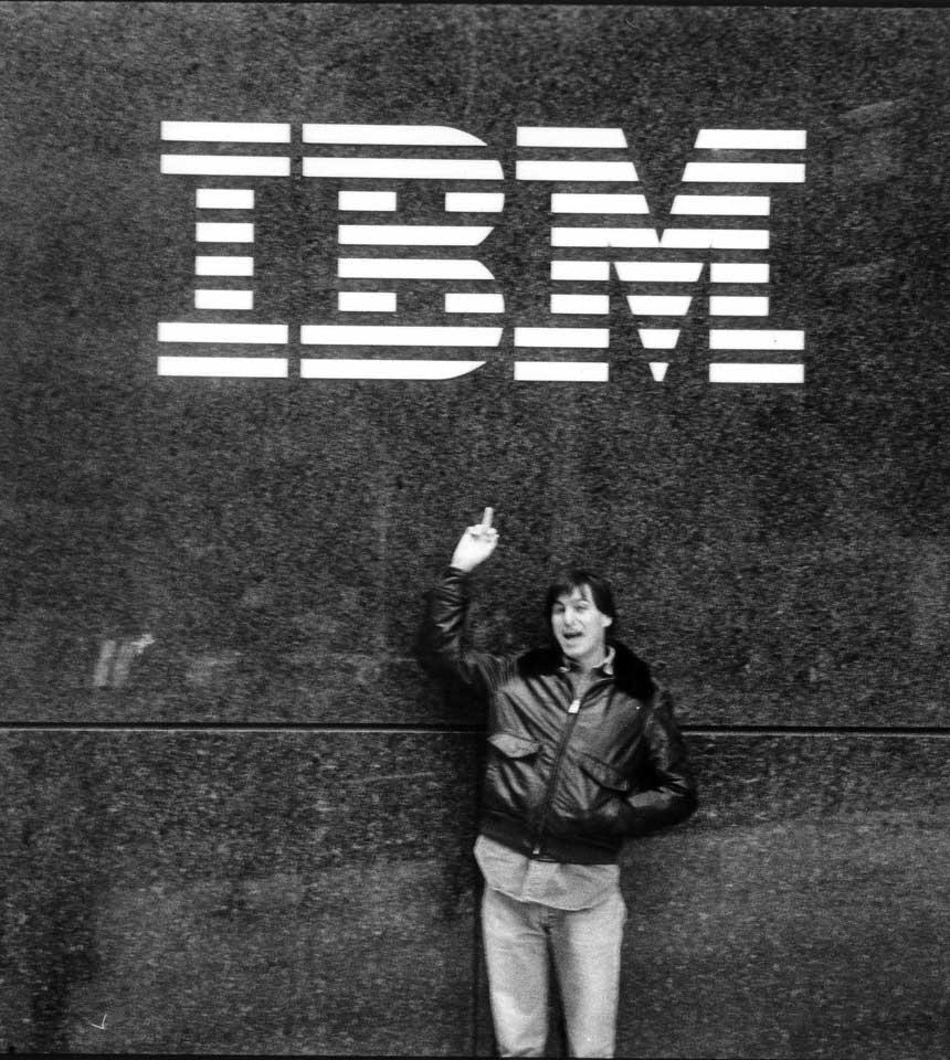 Steve-Jobs-giving-IBM-the-finger-1983