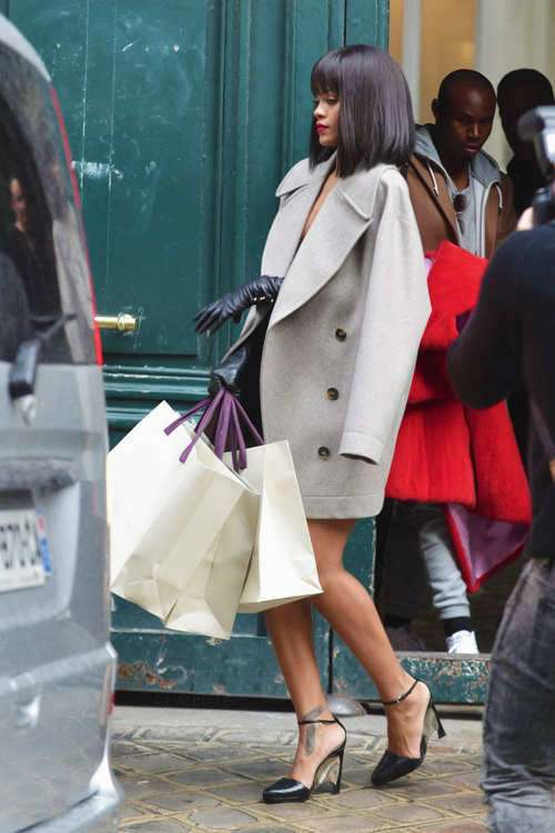rihanna-shopping-pfw-2014