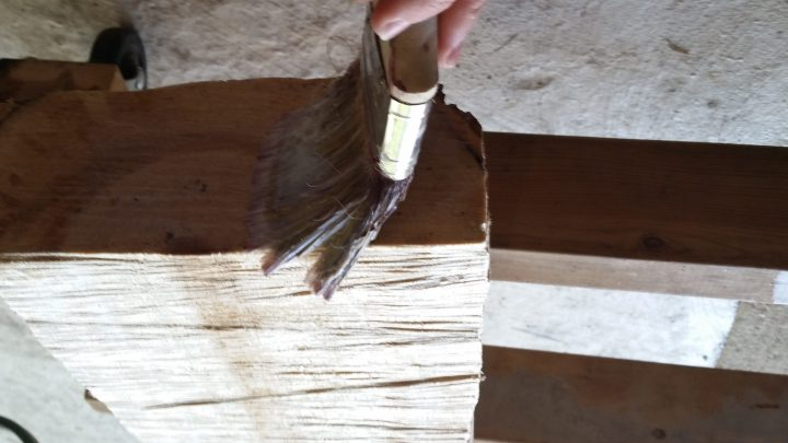 varnishing wood