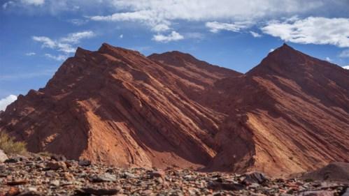 Montañas rojas y nubes