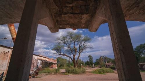Bodega abandonada, nubes y árboles