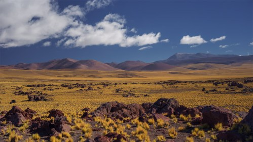 Piedra volcánica y montañas