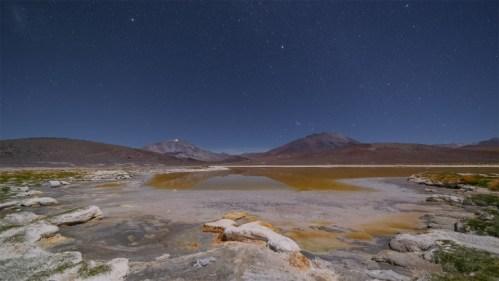 Laguna y volcanes