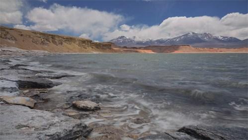 Laguna, nubes y piedras