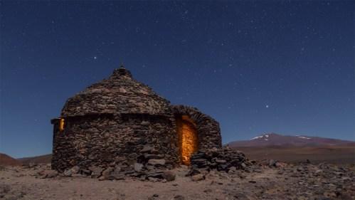 Estrellas y refugio de piedra