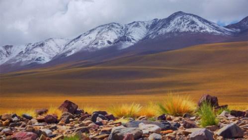 Montañas nevadas, piedras y nubes