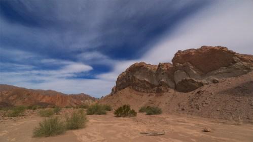 Formación rocosa y nubes