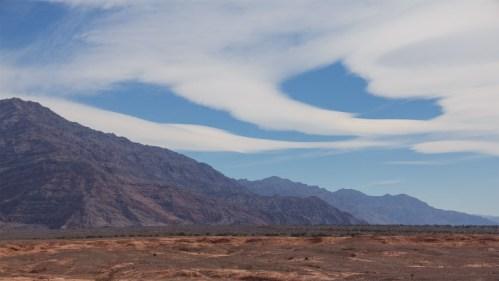 Nubes lenticulares y cerros