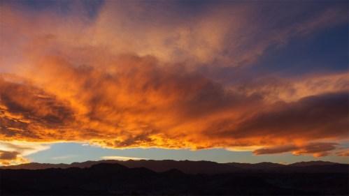 Nubes, atardecer y montañas