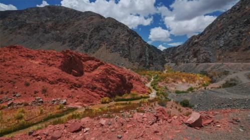 Quebrada, cerros de colores y nubes