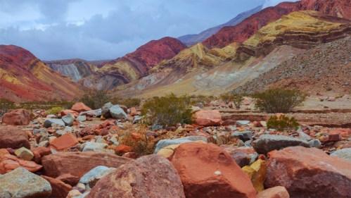 Cerro multicolor y nubes