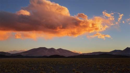Atardecer, nubes y cerros