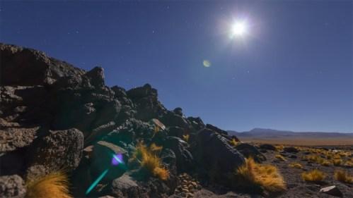 Piedra volcánica y luna