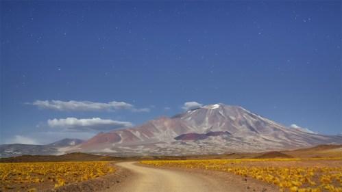 Volcán, camino y estrellas