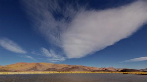 Laguna, montañas y nubes