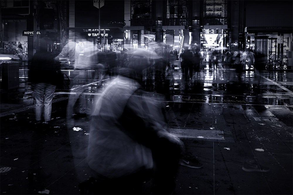 movement-city-people-rain-peakhour