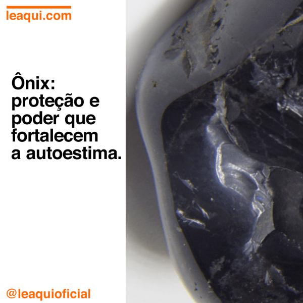 """Foto de cristal de ônix com a inscrição """"Ônix: proteção e poder que fortalecem a autoestima"""""""