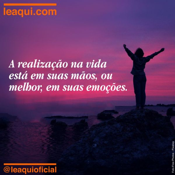 Pessoa no topo de uma colina com os braços ao alto, indicando vitória e realização na vida