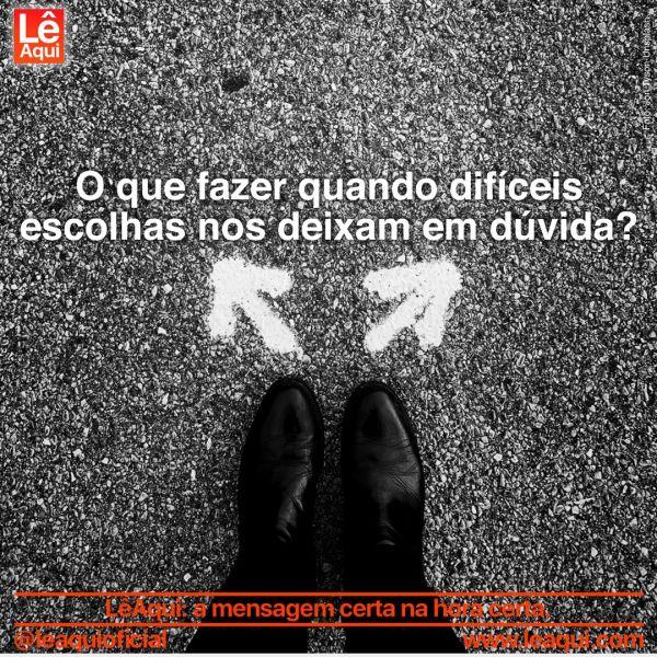 """Duas flechas desenhadas no chão,  apontando em direções diferentes em frente a dois pés juntos calçados com botas, e a inscrição """"O que fazer quando difíceis escolhas nos deixam em dúvida?"""""""