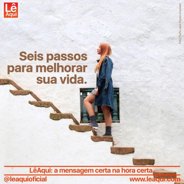 Mulher subindo os degraus de uma escada como passos para melhorar a vida