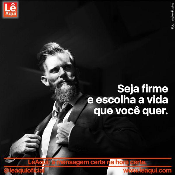 """Homem de paletó e gravata, em posição confiante, com a inscrição """"Seja firme e escolha a vida que você quer"""""""
