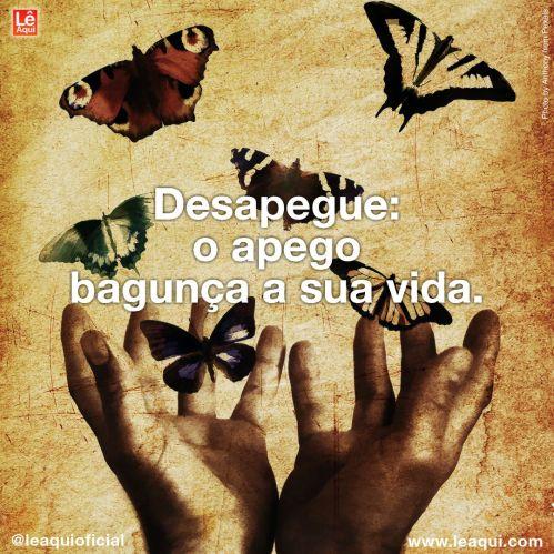"""Um par de mãos abertas liberando várias borboletas sobre um fundo de cor sépia, com a inscrição """"Desapegue: o apego bagunça a sua vida."""""""